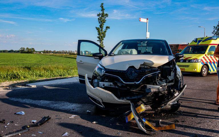 Autos raken zwaar beschadigd bij botsing bij Oosternijkerk.