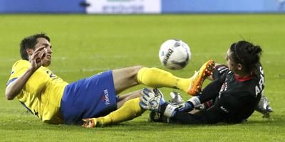 Martijn Barto in duel met AZ-doelman Sergio Rochet. FOTO ANP/PROSHOTS