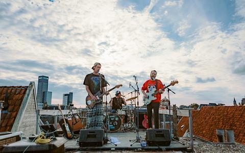De Leeuwarder band Abdomen op een dakterras in de Grote Hoogstraat.
