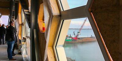 Op een netwerkdag turen Friese bouwers door raatvormige ramen van het nieuwe beleefcentrum.