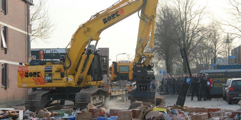 Een sloopbedrijf is begonnen met de sloop van de flat. FOTO DE VRIES MEDIA.
