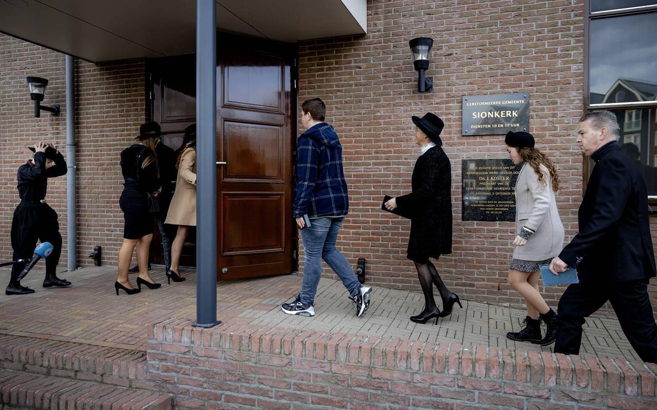 Tientallen mensen naar volledig geopende kerken Urk en Krimpen
