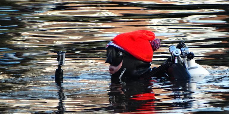 Ook de duikers die een oogje in het zeil hielden bij de duik in Leeuwarden, dosten zich uit. FOTO PIET KOERTS