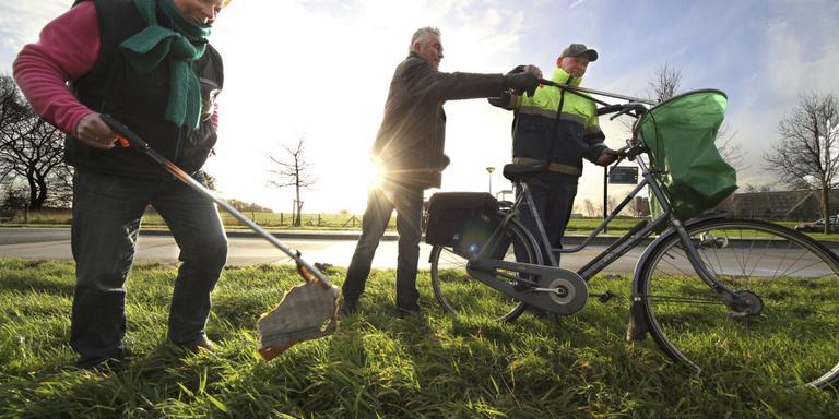 Klaske Booij, Klaas Ybema en Jouke Gijzen houden de bermen rond Wijckel schoon. FOTO SIMON BLEEKER