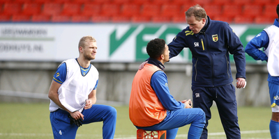 Cambuurs interim-trainer Sipke Hulshoff in gesprek met verdediger Marvin Peersman. Vytas luistert mee. FOTO HENK JAN DIJKS