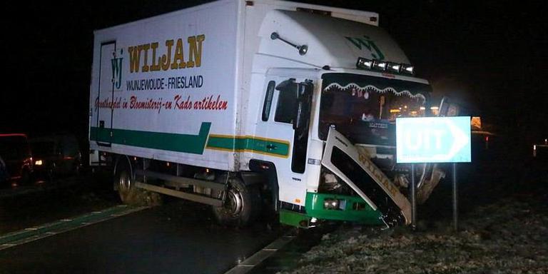 De chauffeur van de vrachtwagen en zijn passagier kwamen met de schrik vrij. FOTO DE VRIES MEDIA.