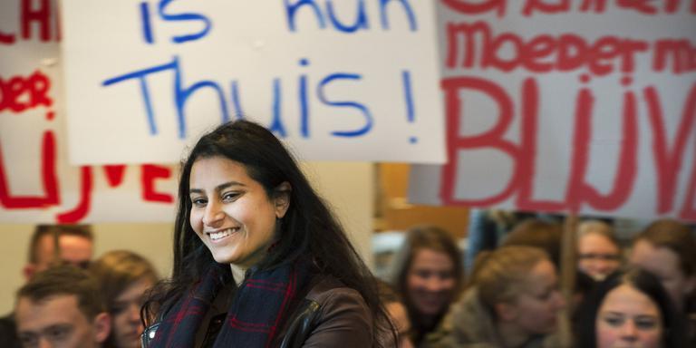 Bijna driehonderd mensen kwamen steun betuigen aan Sachi (18) en haar moeder. FOTO MARCEL VAN KAMMEN.