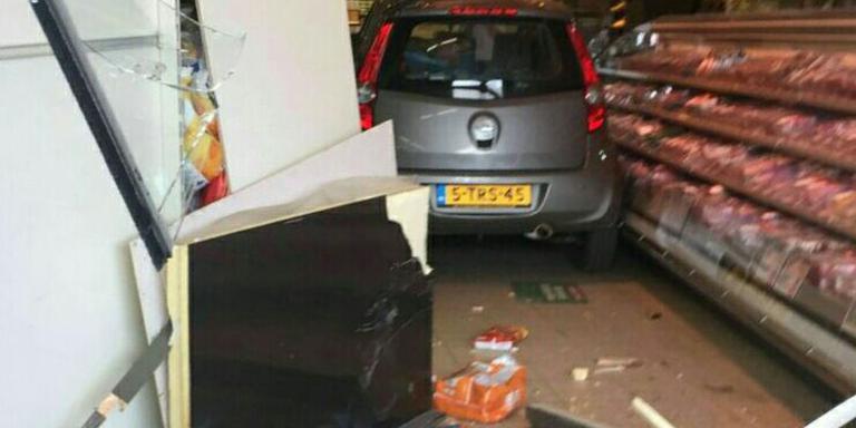 Auto rijdt supermarkt binnen in Sneek. FOTO DE VRIES MEDIA