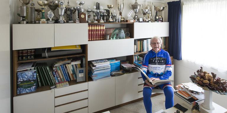 Jan Roelof Kruithof thuis in Havelte, temidden van zijn vele prijzen. FOTO MARCEL JURIAN DE JONG