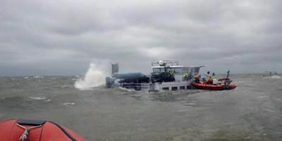 Het gezonken Belgische binnenvaartschip bij Stavoren lekt olie. FOTO KNRM