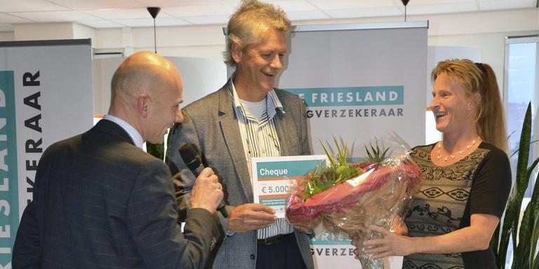 De Friesland vierde afgelopen jaar zijn 200-jarig bestaan. Daarbij werden onder andere aanmoedigingsprijzen uitgereikt aan beloftevolle plannen voor de zorg. FOTO DE FRIESLAND