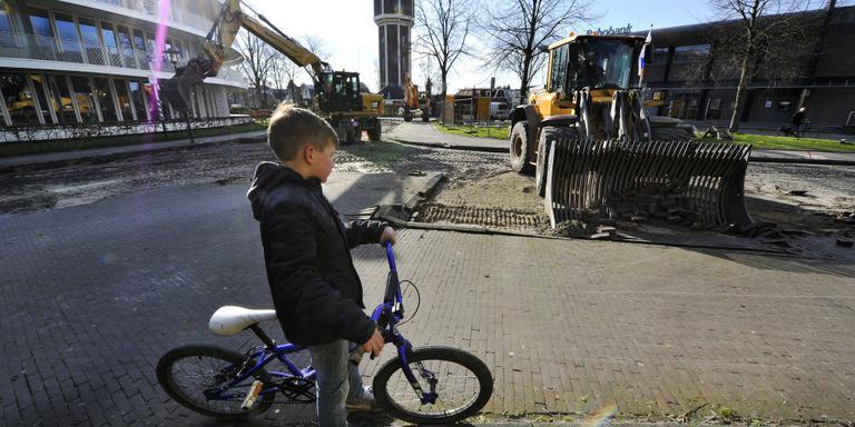 Genieten van straatwerk op De Merk. FOTO NOORDOOST/ALEX DE HAAN