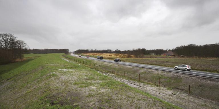 Bewoners van de Balkweg bij Donkerbroek willen dat de geluidswal (op de foto rechts van de N381, met de dorre begroeiing) verder wordt doorgetrokken. FOTO RENS HOOYENGA