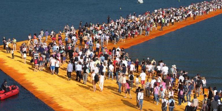 Miljoen mensen wandelen over pier van Christo