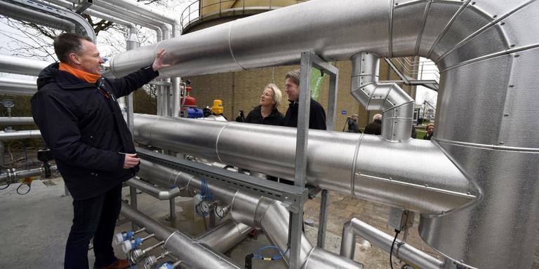Zuiveringstechnoloog Sybren Gerbens legt aan Anke van Dijke van Fier en Johannes Boonstra van Wetsus uit hoe het biogasstation werkt. Foto MARCHJE ANDRINGA