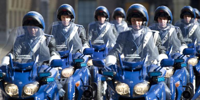 Motorrijders KMar bijna van de weg gedrukt