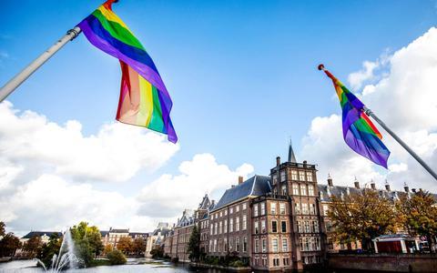 Regenboogvlaggen wapperen in heel Nederland