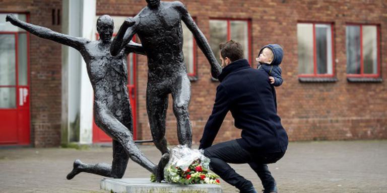 Fans Ajax verzamelen bij standbeeld Cruijff