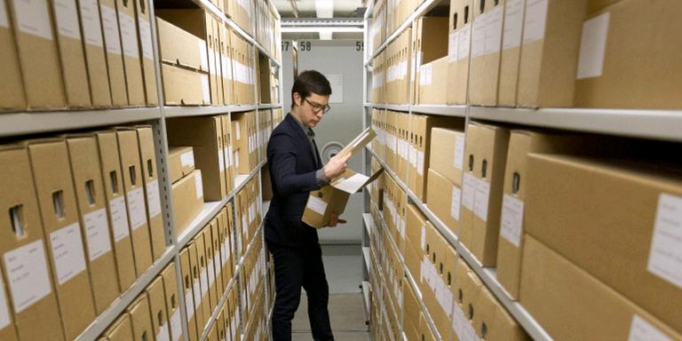 Vincent Robijn zoekt in de archieven naar informatie over zijn vader. FOTO SJEF PRINS.