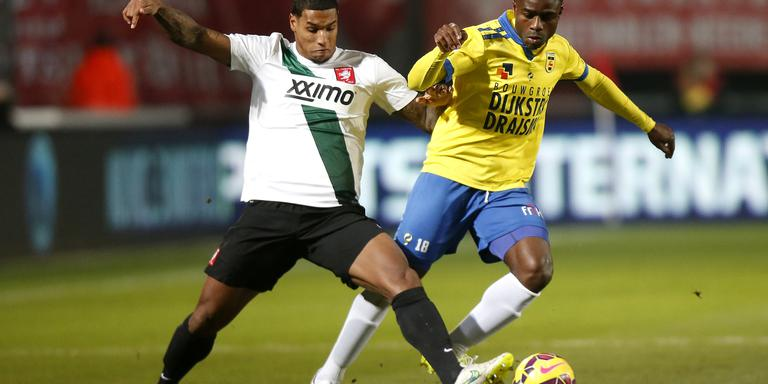 Lachman in duel met Cambuur-spits Ogbeche.