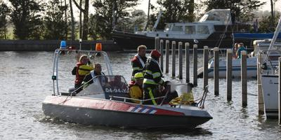 Enkele drenkelingen worden door de brandweer uit het water gehaald. FOTO RENE WIEGMINK