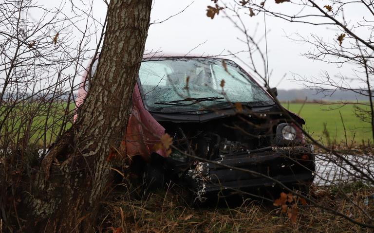 Bestuurder raakt gewond bij botsing op boom met 45 kilometerauto.