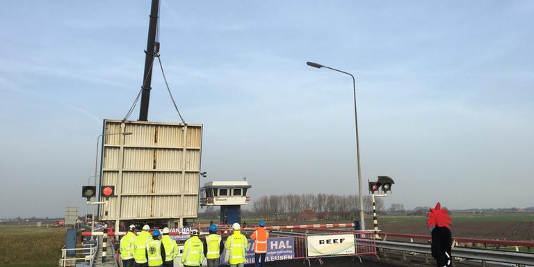 De brug wordt door een hijskraan verwijderd. FOTO ARODI BUITENWERF.