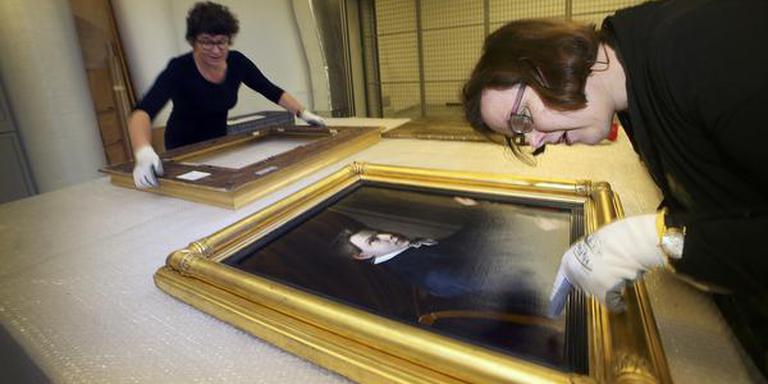 Leeuwarden, medewerkers Fries Museum zetten schilderijen Alma Tadema terug in gerestaureerde lijsten. FOTO NIELS WESTRA