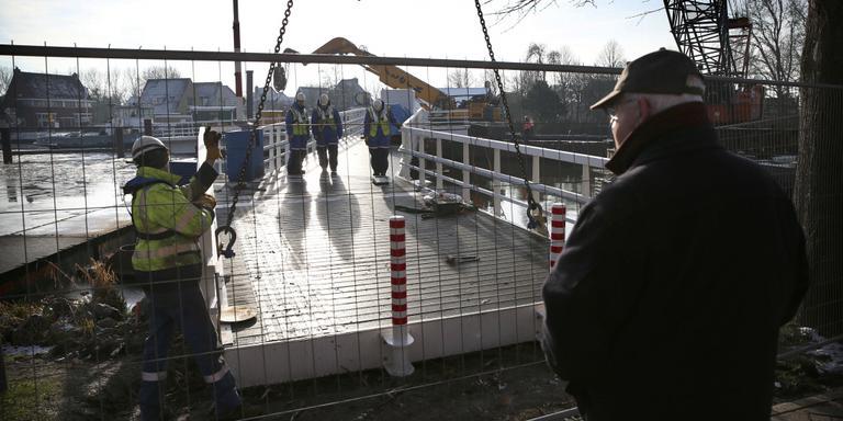 Een noodbrug voor fietsers en voetgangers vervangt de Stationsbrug in Franeker tijdelijk. FOTO CATRINUS VAN DER VEEN