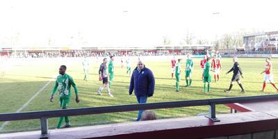 Pernelly Biya (links) verlaat woedend het veld.