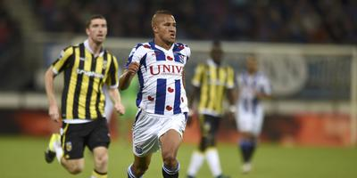 Luciano Slagveer is te snel voor Arnold Kruiswijk tijdens Heerenveen-Vitesse, eind september. FOTO FPH/MUSTAFA GUMUSSU
