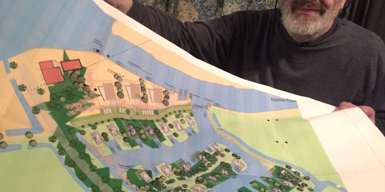 Bram van den Akker met een tekening van het huisjesplan. FOTO LC/SASKIA VAN WESTHREENEN
