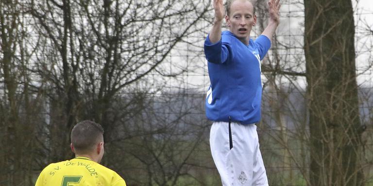 Hans Neuenschwander heeft een strafschop veroorzaakt, maar is zich van zijn kwaad bewust. Links 'slachtoffer' Tiemen Landman. FOTO SIMON BLEEKER