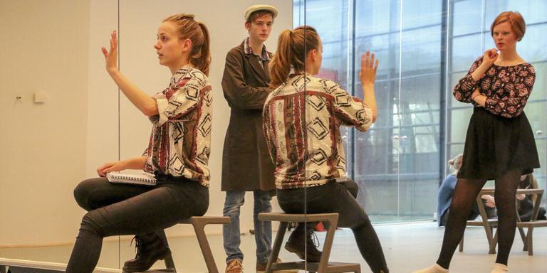 Theaterdocent Carlijn Wagendorp doet Jeffrey Koerhuis (midden) en Emma Dillingh voor hoe het moet. FOTO LC/ARODI BUITENWERF.