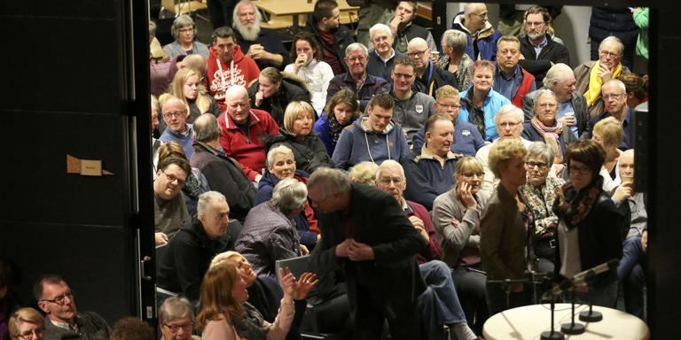 Omwonenden laten zich horen tijdens de informatieavond in Witmarsum. FOTO CATRINUS VAN DER VEEN