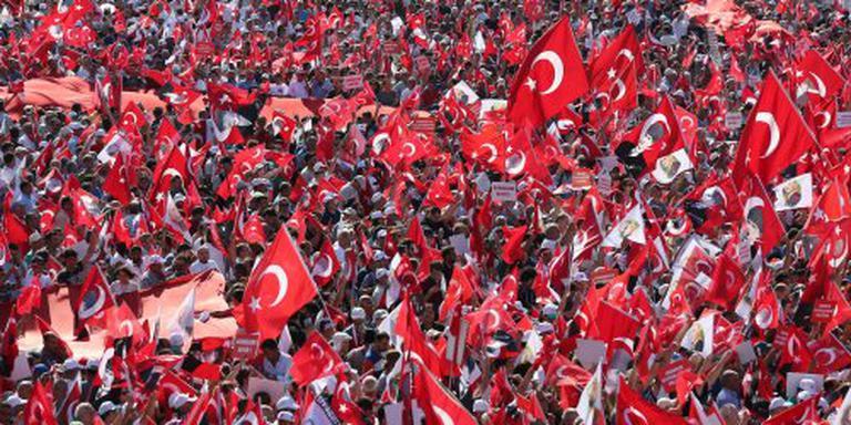 Turken eensgezind de straat op