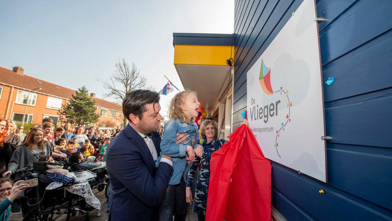 De 7-jarige Suzanne van Dijk opent De Vlieger. FOTO HOGE NOORDEN/JACOB VAN ESSEN