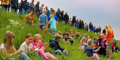 Leerlingen van De Pôlle wachten op de straaljagers. FOTO LC/ARODI BUITENWERF