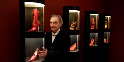 Jan Jansen toont zijn schoenen in Apeldoorn