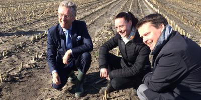 Commissaris van de Koning John Jorritsma en gedeputeerde Johannes Kramer bekijken het eerstgevonden Friese kievitsei. De vindster is de 25-jarige Armanda Stuiver uit Sintjohannesga. FOTO TWITTER @CDKFRYSLAN