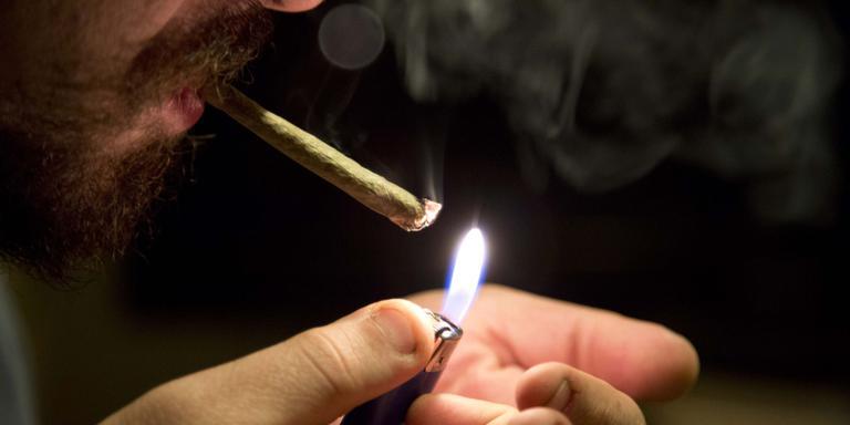 Bij een drugscontrole in de binnenstad van Sneek zijn in de nacht van vrijdag op zaterdag vijf mensen bekeurd.