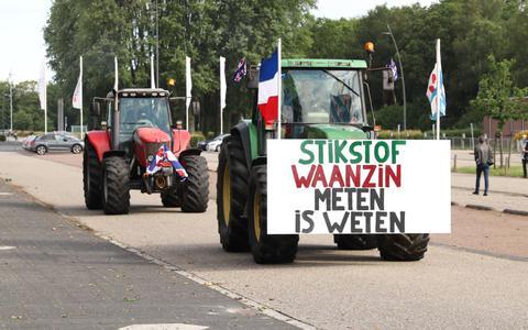 Tientallen boeren vanuit Thialf vertrokken naar Assen voor een demonstratie tegen het stikstofbeleid