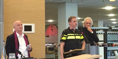 De persconferentie over de explosie in Drachten. Links wethouder Ron van der Leck, rechts Rein Swart van Accolade. FOTO LC