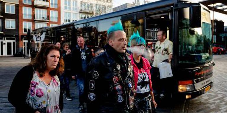 De blokkeer-Friezen bij de partybus die hen naar de rechtbank bracht. In de bus werden Sinterklaasliedjes gedraaid. Foto: ANP