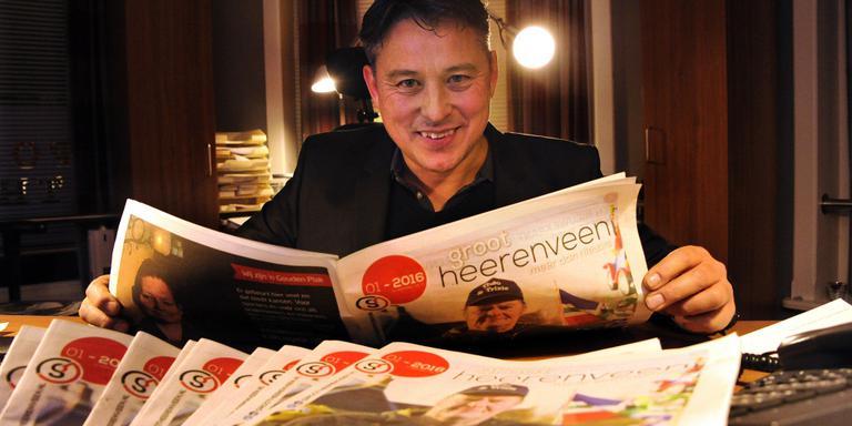 Uitgever Ying Mellema met de eerste uitgave van Groot Heerenveen. FOTO NOORDOOST/ALEX DE HAAN