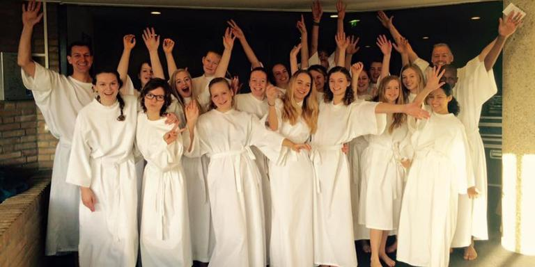 De groep jongeren die op 13 december in de Bethelkerk werd gedoopt. FOTO BETHEL