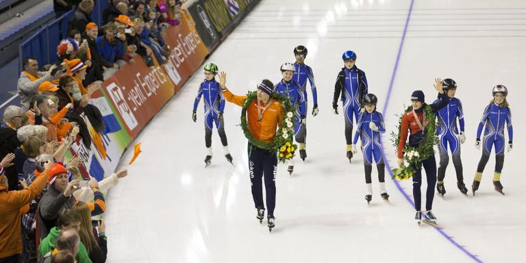 Sven Kramer rijdt een ereronde in Calgary na zijn zevende wereldtitel allround. FOTO ANP