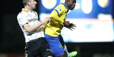 Bartholomew Ogbeche (rechts) duelleert in de lucht met Vitesse-speler Arnold Kruiswijk. FOTO HENK JAN DIJKS