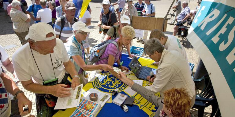 Elfstedenwandelaars stempelen in 2011 af in Bolsward. FOTO LC/SIEP VAN LINGEN