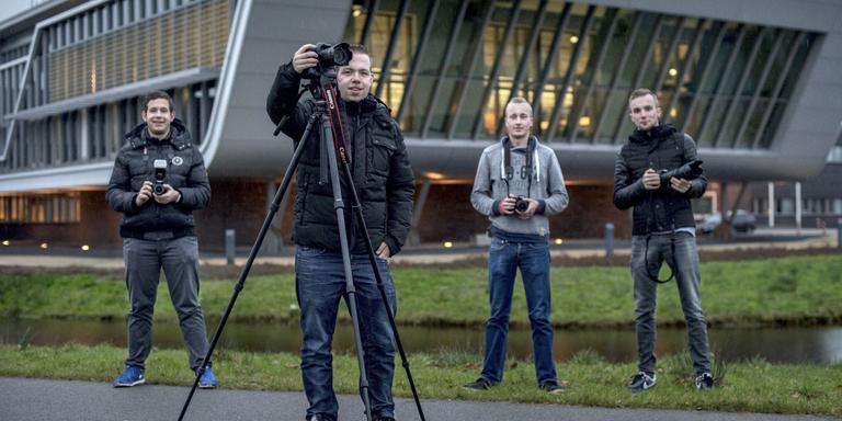 Gerwin de Vries (voorgrond) met Ben de Jager, Ate Atema en Raymon Roersma voor de meldkamer in Drachten, waar alle 112-meldingen worden gedaan. FOTO JILMER POSTMA